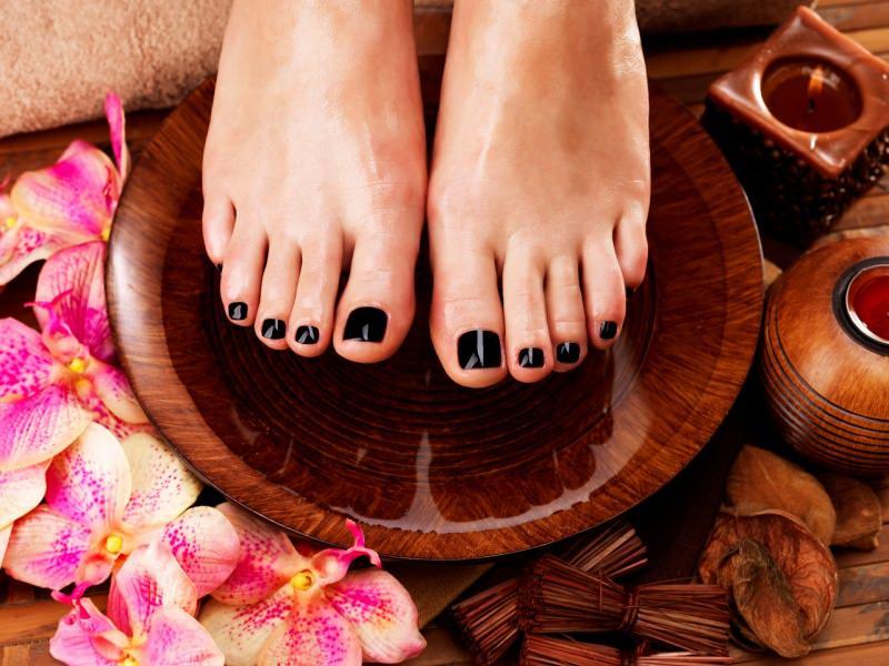 piedi donna bellissimi pedicure perfetta smalto scuro ciotola legno pedicure orchidea spugna