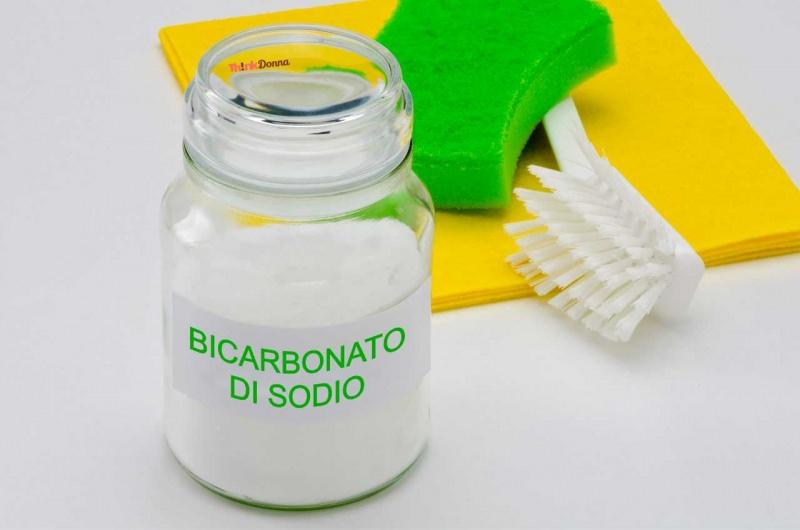 bottiglia bicarbonato di sodio spugna spazzola