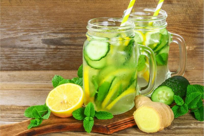 detox water acqua minerale fresca foglie menta limone giallo cetriolo