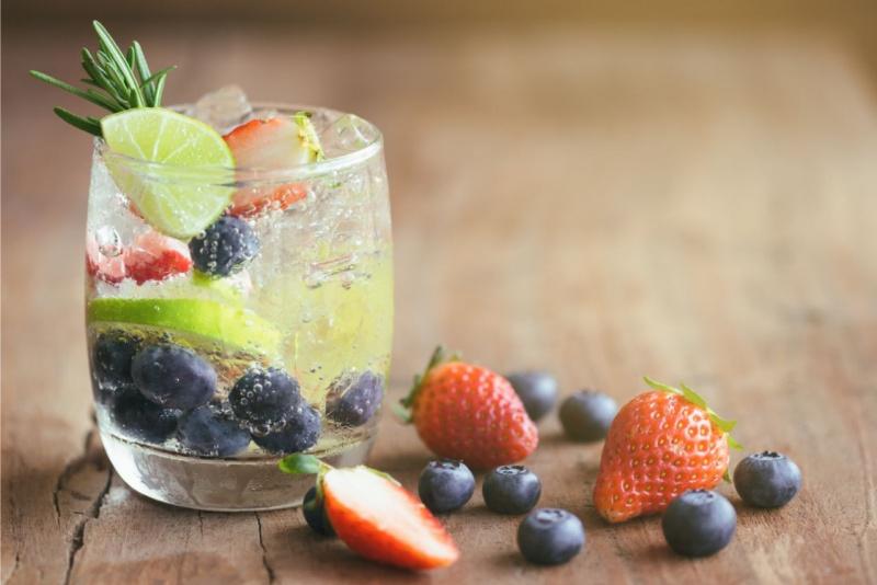 detox water acqua effervescente naturale mirtilli fragole fetta lime rosmarino ghiaccio