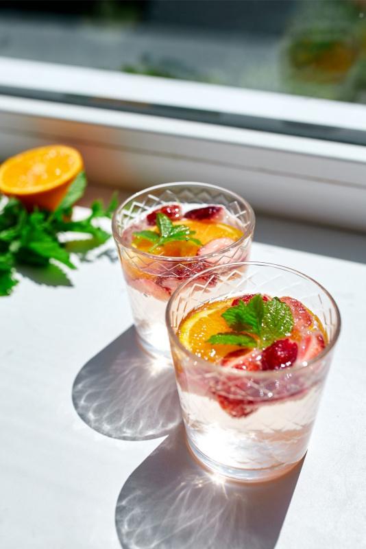 bicchiere acqua minerale fresca foglie menta fetta arancia fragole