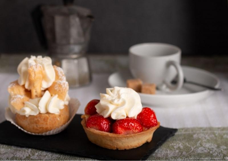 bignè tarta con fragole panna montata dolci caffettiera moka tazzina caffè