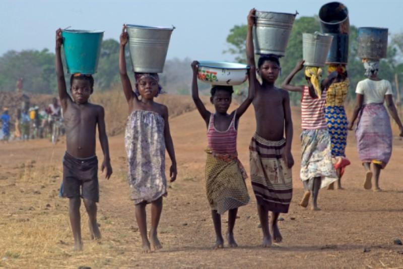 bambini Africa sud sahariana portano secchi acqua Festeggia San Valentino con un gesto speciale, libera un bambino dalla povertà