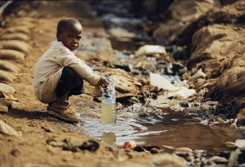 bambino Africa sud sahariana raccoglie acqua sporca fioume fango Festeggia San Valentino con un gesto speciale, libera un bambino dalla povertà
