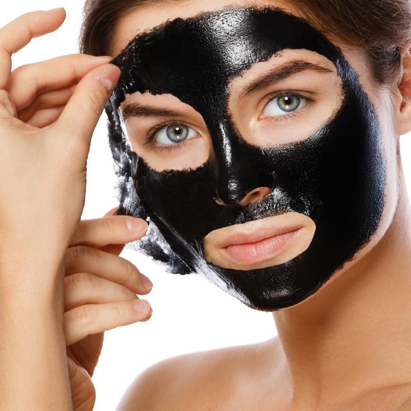 Come fare la Black Mask versione vegana viso donna occhi azzurri capelli castani stacca maschera nera bellezza trattamento