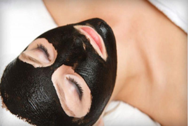 Come fare la Black Mask versione vegana viso donna occhi chiusi relax riposo maschera nera
