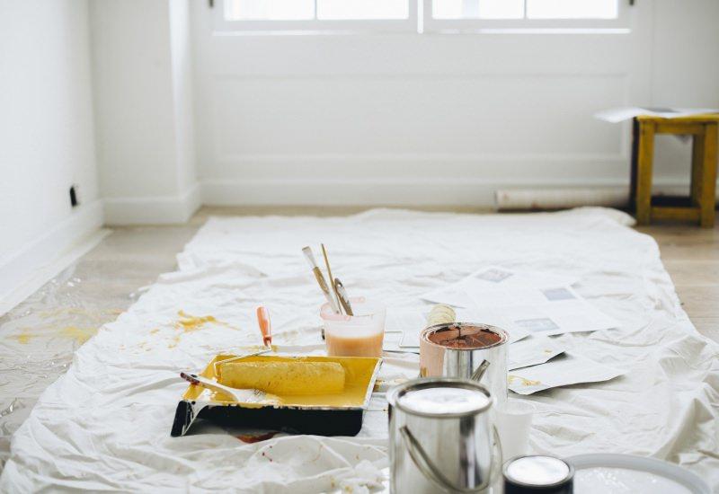 È primavera, cambia colore in casa! Spazio al rinnovo colore giallo pennelli imbianchino pittura