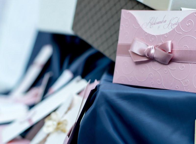 invito nozze partecipazione matrimonio Quali sono gli errori più comuni nelle partecipazioni del matrimonio tovaglia raso blu biglietto nastro rosa seta