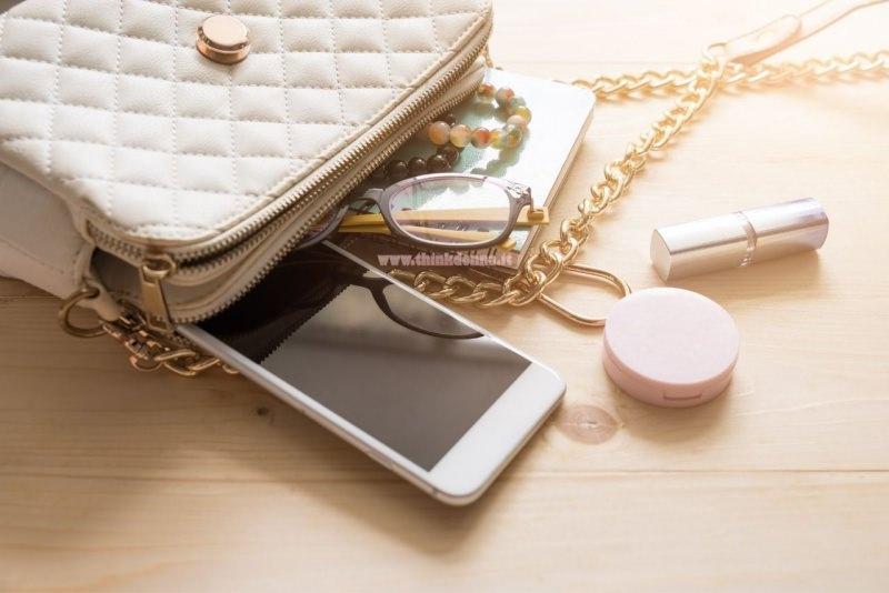 borsa donna catena dorata accessori smartphone occhiali rossetto cipria