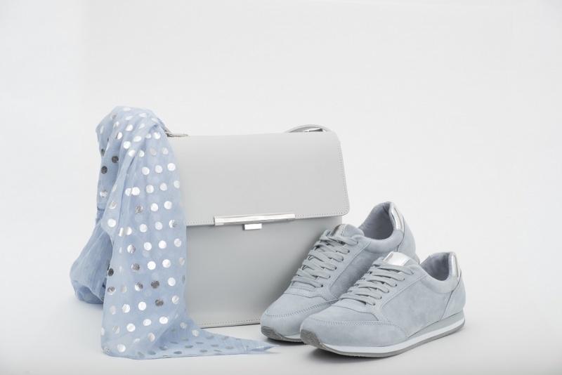 sneakers donna grigio borsa pelle sciarpa pois bianchi