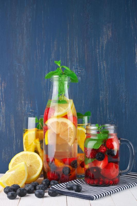 bicchiere barattolo vetro frutta mirtilli limone tovagliolo righe bianco nero menta bottiglia