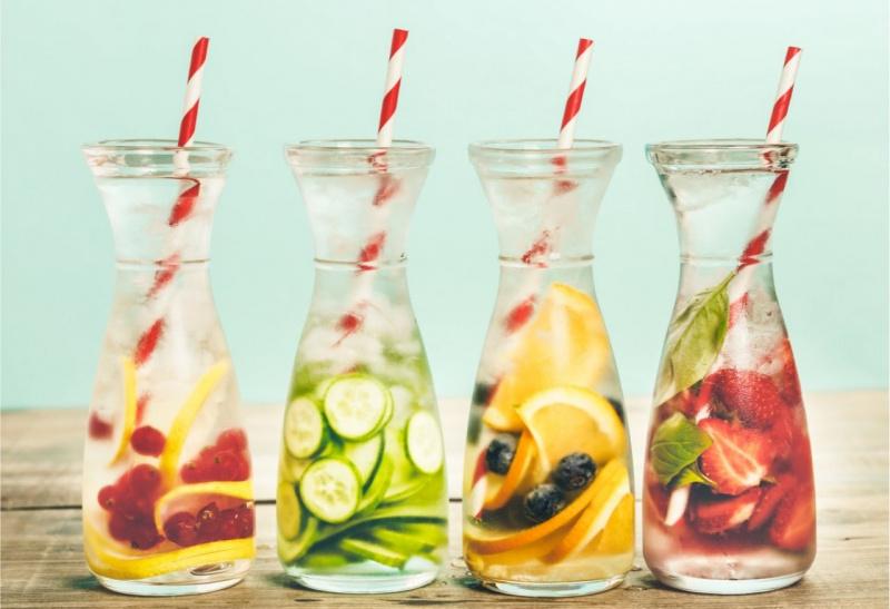bottigliette vetro cannuccia bianco rosso ghiaccio cetrioli ribes limone fette mirtilli arancia menta