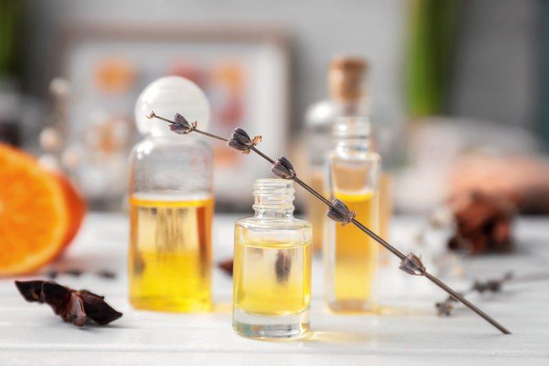 bottiglie olio essenziale tavolo fiore lavanda arancia