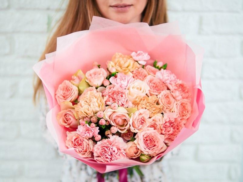buoquest rosa in mano a donna festa della mamma