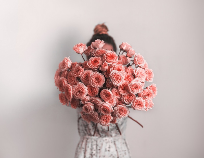 ragazza con bouquet di rose rosa