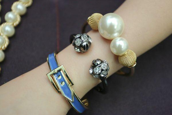 Gli accessori moda, le tendenze principali della prossima stagione primavera estate 2018 bracciali perle cinturino smalto azzuro oro strass