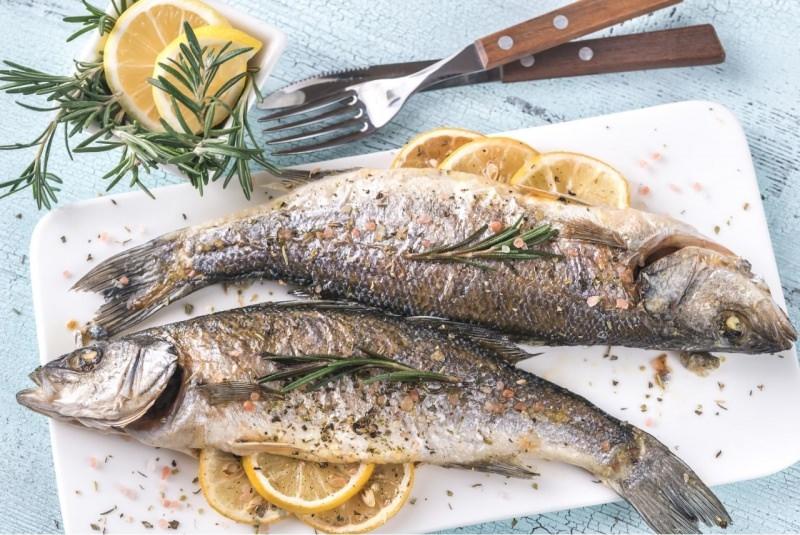branzino al forno fette di limone rami rosmarino secondo piatto pesce pronto