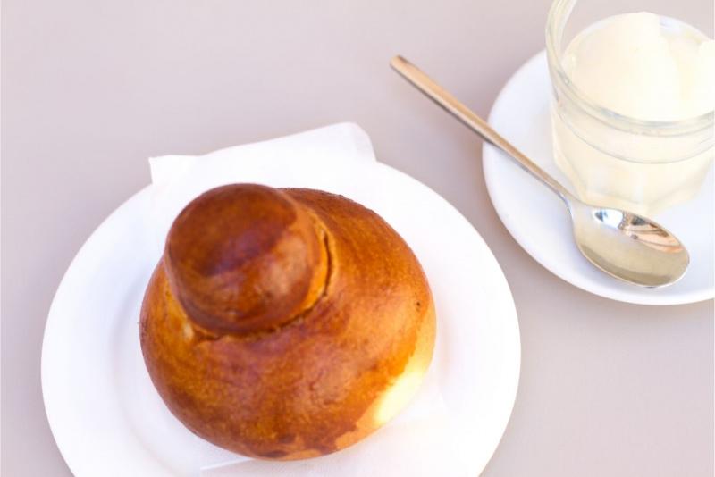 brioscia siciliana brioche sul piattino bicchiere con granita di limone
