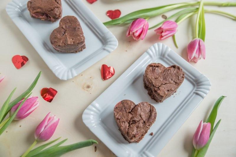 dolci san valentino brownies a forma di cuore vassoio tulipani rosa fiori