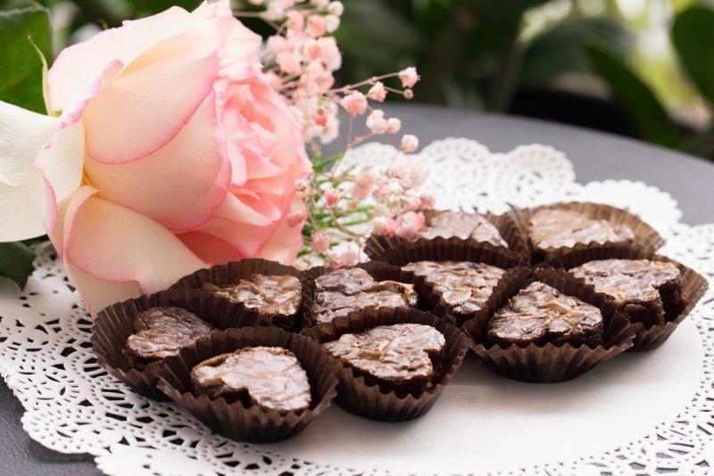 brownies a forma di cuore rose rosa mughetto dolci san valentino