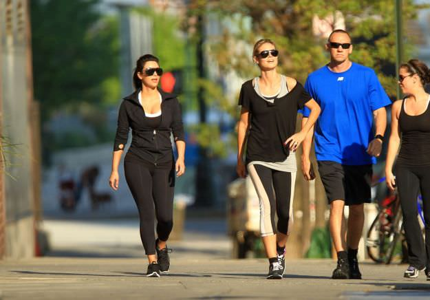 Consigli per dimagrire camminando parco amici donne uomo occhiali capelli castani biondi maglia azzurra nera canotta grigia