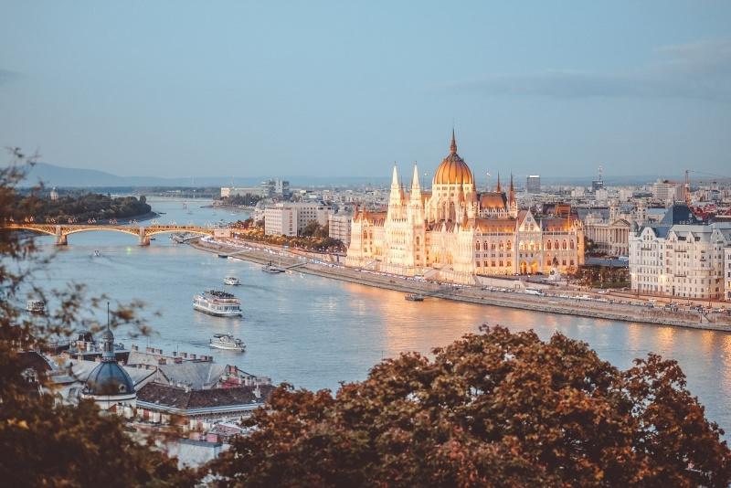 budapest palazzo parlamento illuminato al crepuscolo veduta