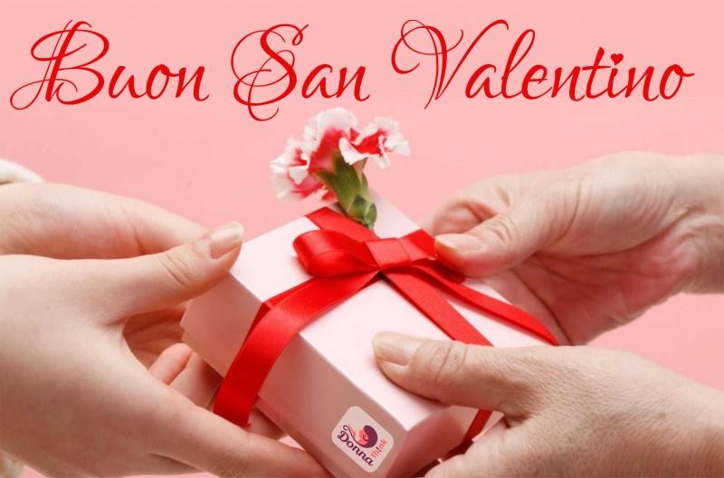 Quale regalo fare per San Valentino per lui e per lei scritta buon San Valentino donare regalo mani uomo donna pacco fiocco rosso fiore garofano bianco rosso