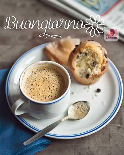 Muffin con gocce di cioccolato ricetta buongiorno caffè espresso schiuma piattino tazzina cucchiaino