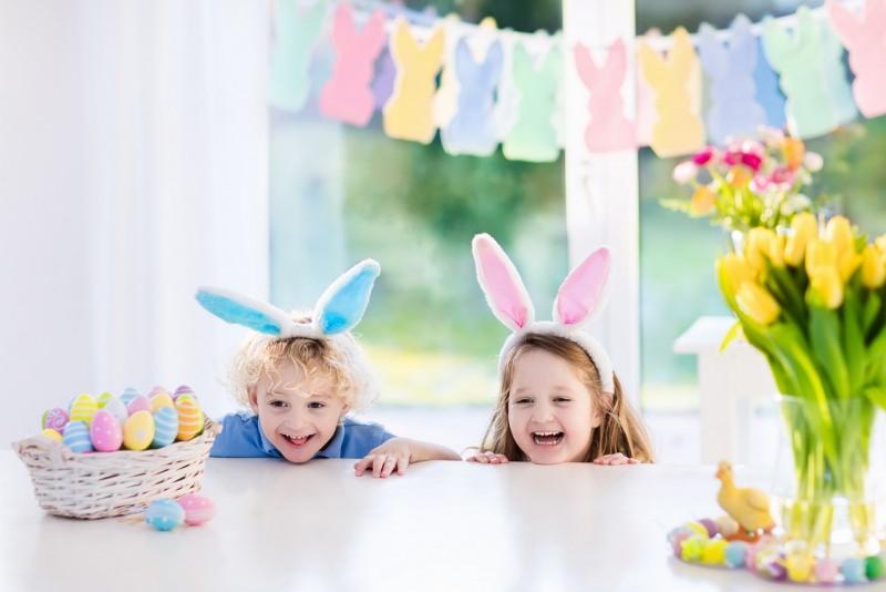 bambini caccia alle uova di pasqua cesta sorrisi orecchie coniglietto