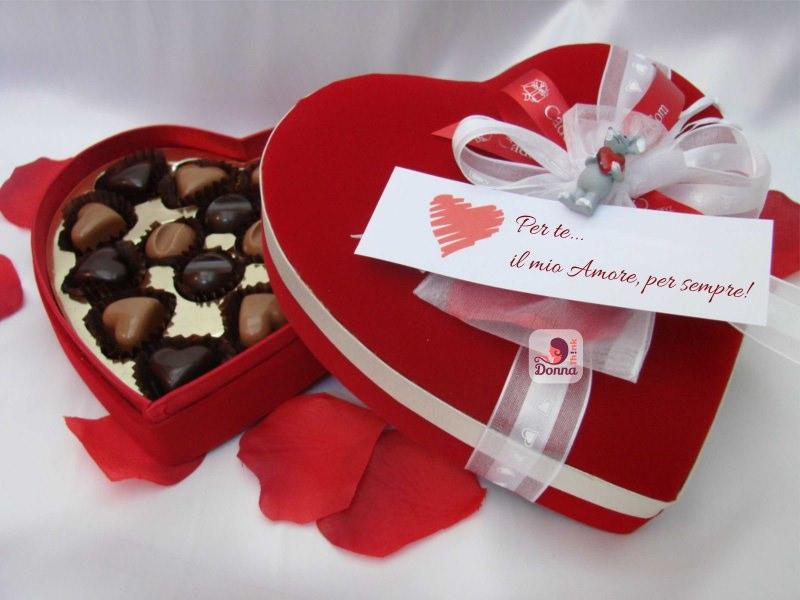 Quale regalo fare per San Valentino per lui e per lei scatola cioccolatini forma cuore rosso fiocco bianco scritta per te il mio amore, per sempre