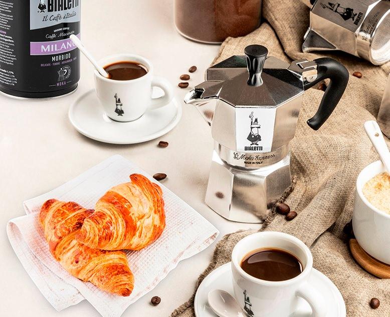 caffè tradizionale moka tazzina cornetti croissant
