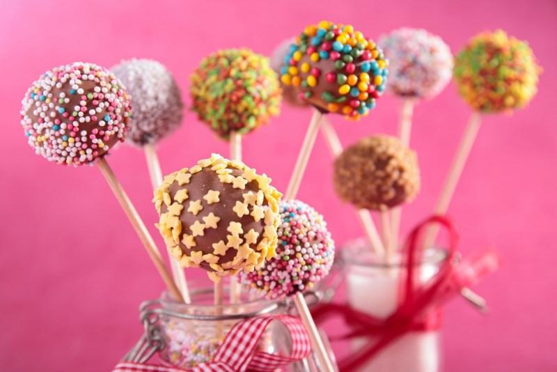 cake pops colorati zuccherini cioccolato vaso barattolo vetro nastro stecco lecca lecca