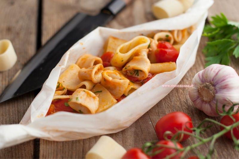 calamarata al cartoccio ingredienti taglere pomodorini aglio prezzemolo