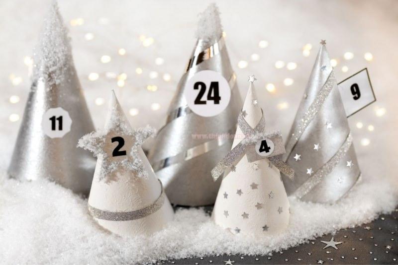calendario dell'avvento coni argento su neve finta numeri