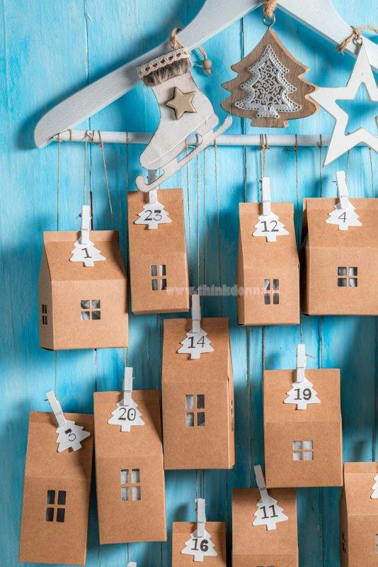 calendario dell'avvento gruccia di legno casette carta kraft decorazioni natalizie mini molette legno tutorial