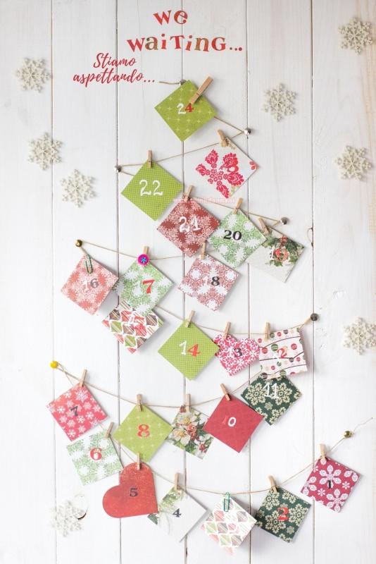 calendario dell'avvento sacchetti di carta da regalo appesi con spago parete legno we waiting stiamo aspettando fiocchi di neve