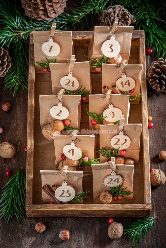 calendario avvento sacchetti carta kraft dentro cassetto legno frutta secca pigna noce nocciole numeri