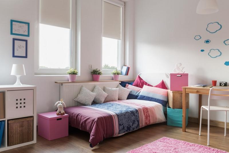 cameretta da ragazza accogliente letto rosa finestra