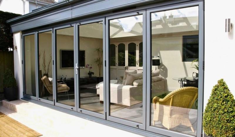 Famiglia numerosa: come ottenere più spazio e ampliare casa veranda chiusa alluminio vetro