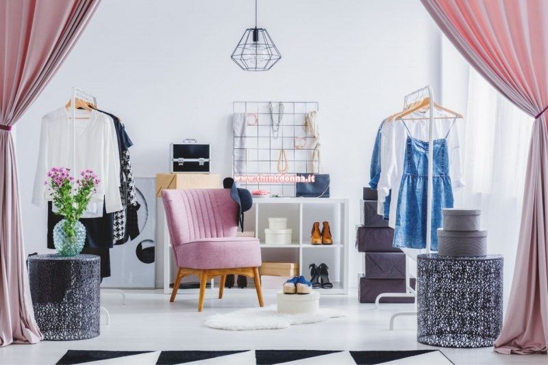 camerino boutique abiti grucce specchio cappelliere scarpe tende poltrona rosa