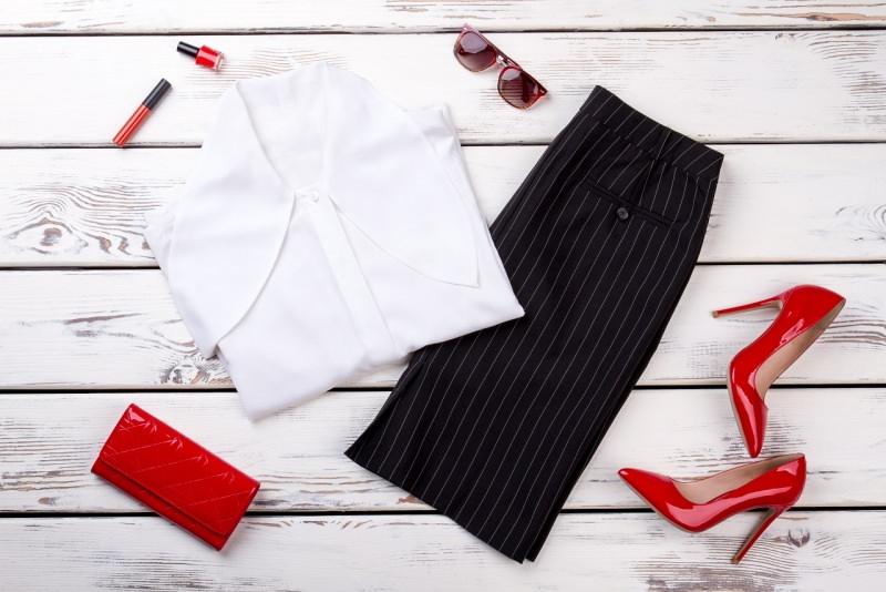 gonna a matita nera con righe bianca smalto rossetto rosso camicia blusa bianca scarpe tacco 12 vernice rossa