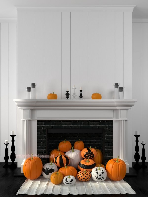 camino bianco decorato per Halloween zucche dipinte candelabro nero candele