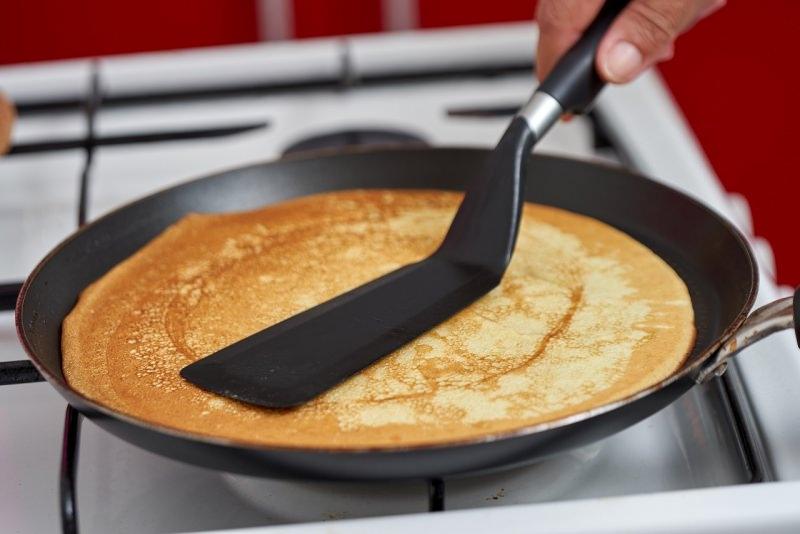 preparazione crêpes dorata padella