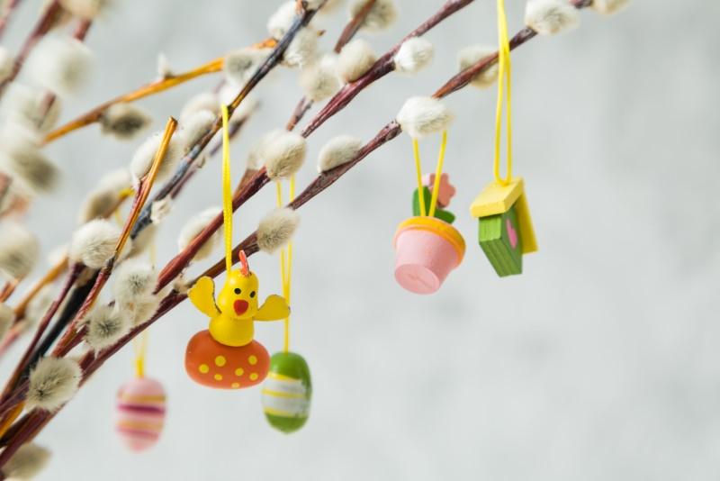 rami di salice decorati oggetti pasquali