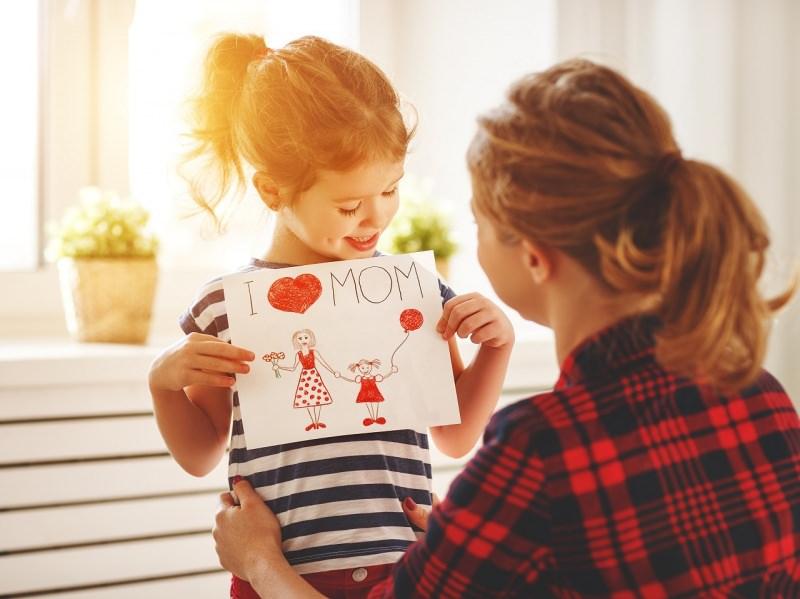 bambina figlia regala biglietto festa della mamma donna