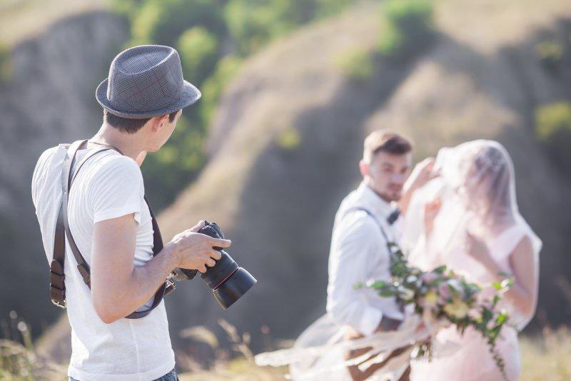 fotografo in azione sposi matrimonio boho chic campagna