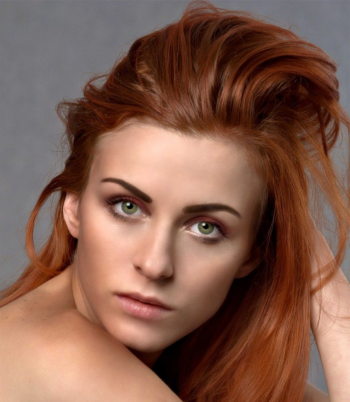 capelli rosso rame occhi verdi