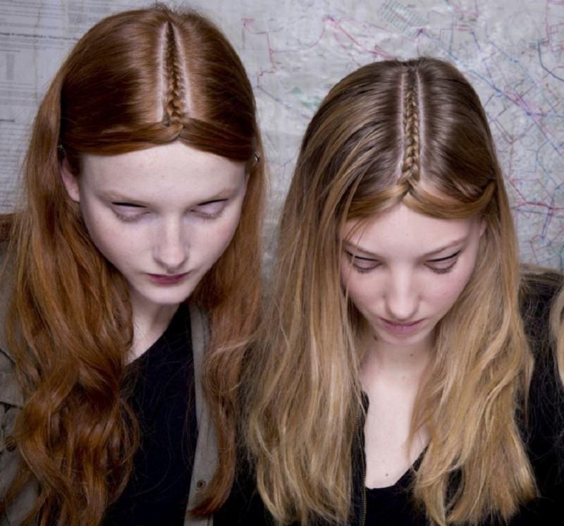 Come porti i capelli? Tendenza moda autunno inverno 2017 - 2018 viso donna capelli lisci ramati acconciatura treccia riga centrale