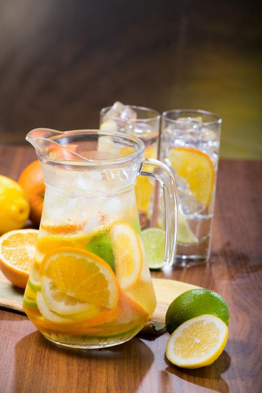 bricco fette agrumi tavolo detox water ghiacciata limoni ghiaccio bicchiere