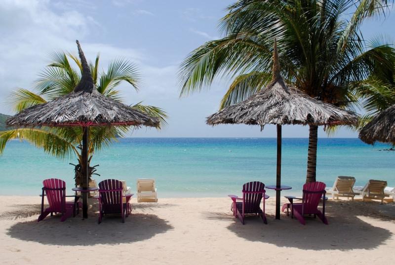 In crociera ai Caraibi, i luoghi da visitare obbligatoriamente spiaggia sdraio mare palme